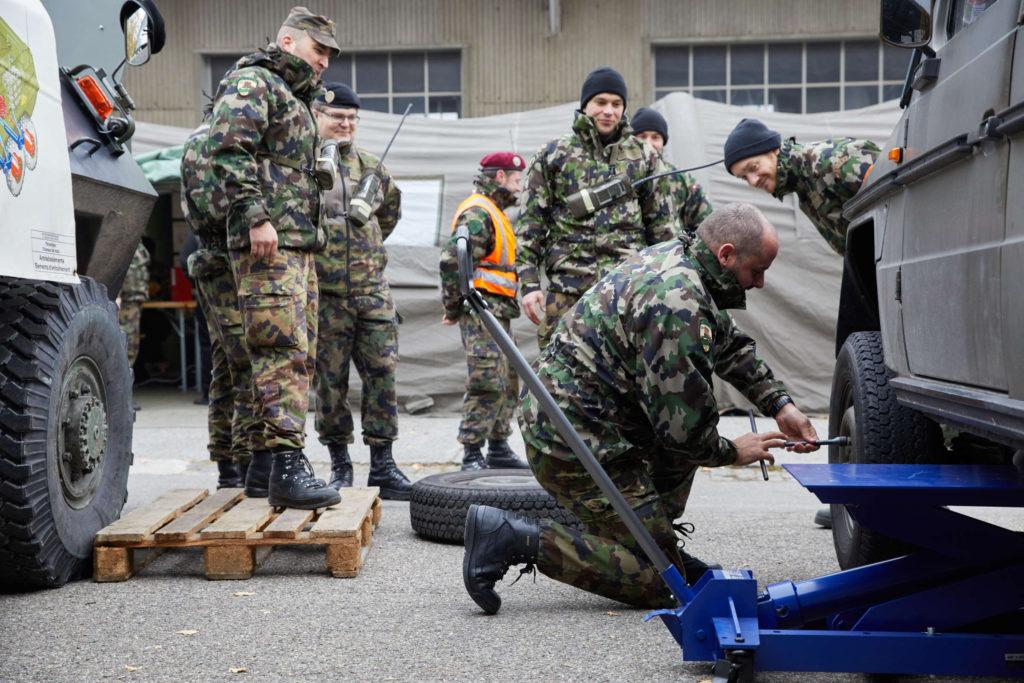 Der Bataillonskommandant legt Hand an.