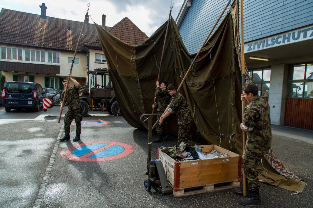 AdA der Pzj Kp 5/2 erstellen ein Zelt für die Materialabgabe
