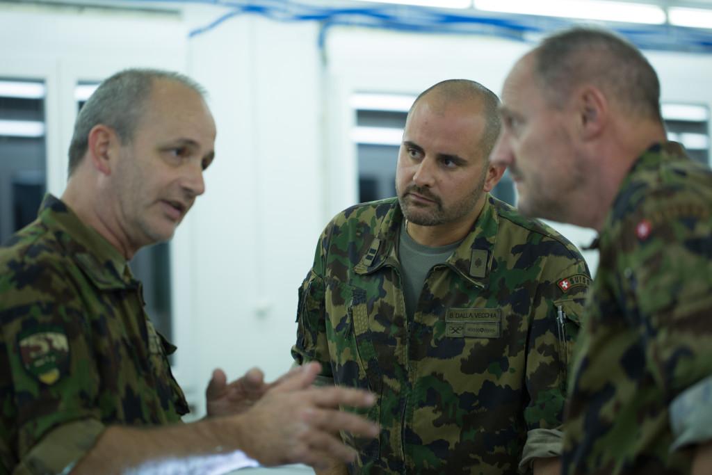 Br Kohli im Gespräch mit dem Kdt des Aufkl Bat 5, Oberstlt i Gst Dalla-Vecchia und dem zugeteilten Stabsoffizier Oberst i Gst Bäder.